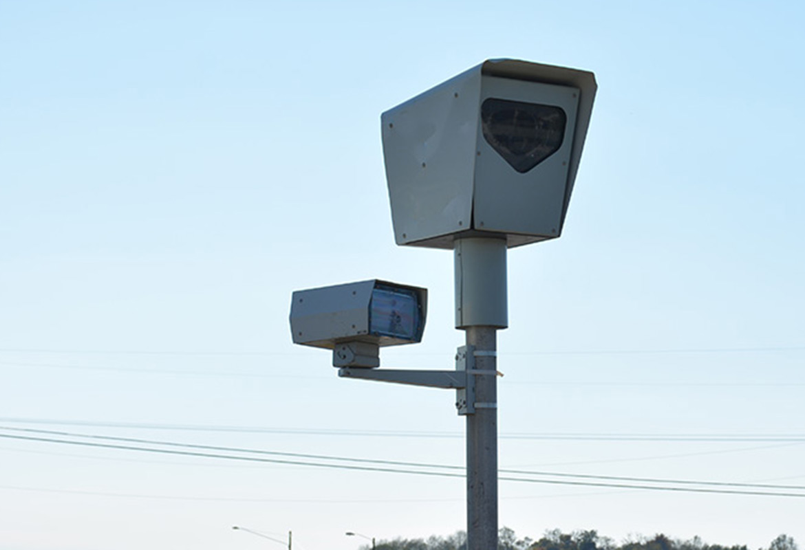 speed cameras How do speed cameras and photo radar speed traps catch you photo radar speed traps use a front facing camera (pointed at the front of your vehicle) or a rear facing camera (pointed at the back of your vehicle) and almost always use radar guns combined with a high speed photo system and computer.